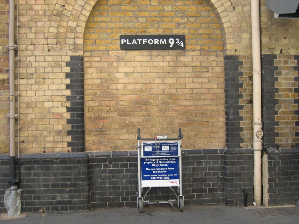 """Bahnsteig mit dem Schild """"Platform 9 3/4"""""""