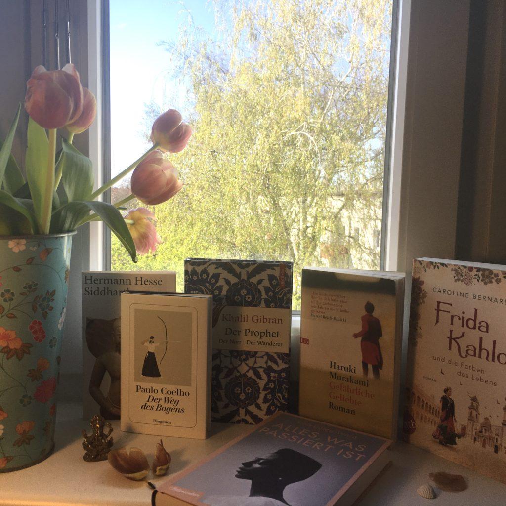 Ausgestellte Bücher auf Fensterbank