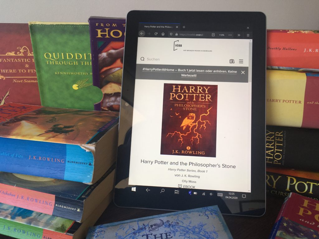 "Das E-Book ""Harry Potter and the Philosophers Stone"" auf einem Tablet"