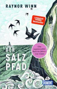 Bildbeschreibung: Illustration des Salzpfades. Zu sehen sind die Steilküste, das Meer, ein Leuchtturm, Schwalben und Delphine.