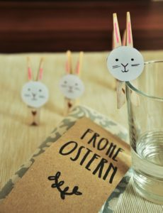 """Selbstgebastelte Osterhasen-Wäscheklammern und Grußkarte mit der Aufschrift """"Frohe Ostern"""""""