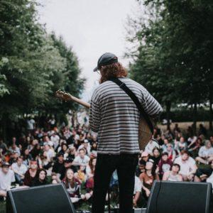 Ryan Graham auf Bühne vor Publikum