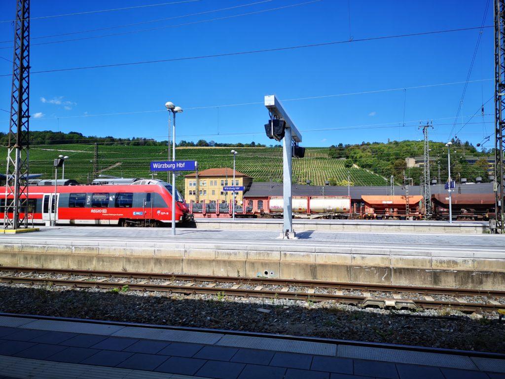 einfahrender Zug am Bahnhof Würzburg