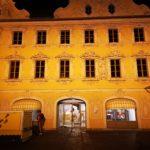 historisches Gebäude in Würzburg mit gelber Fassade