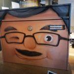 bemalter Briefkasten mit Gesicht, welcher Brief-KaRsten genannt wurde