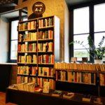 Regale mit Romanen von A-Z