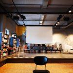 Bühne für Veranstaltungen, Podest mit Stufen für Bilderbücher