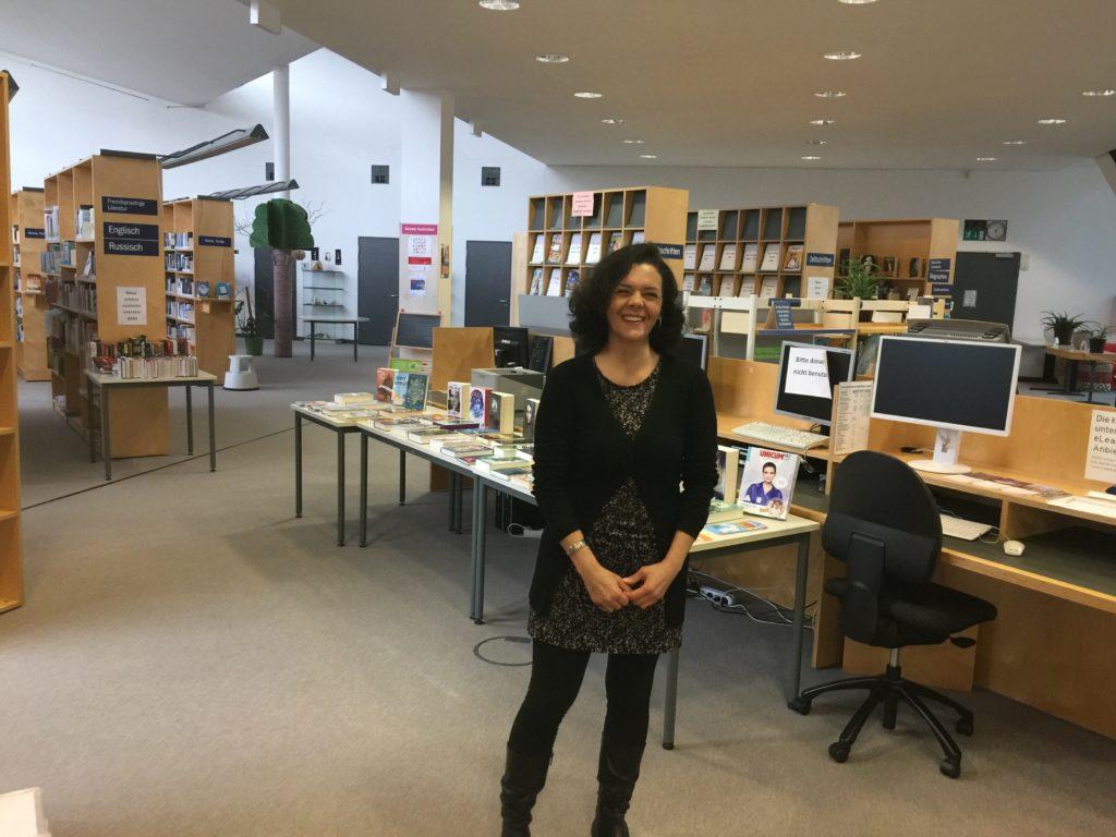 Alexandra Torres steht in der Stadtteilbibliothek Karow