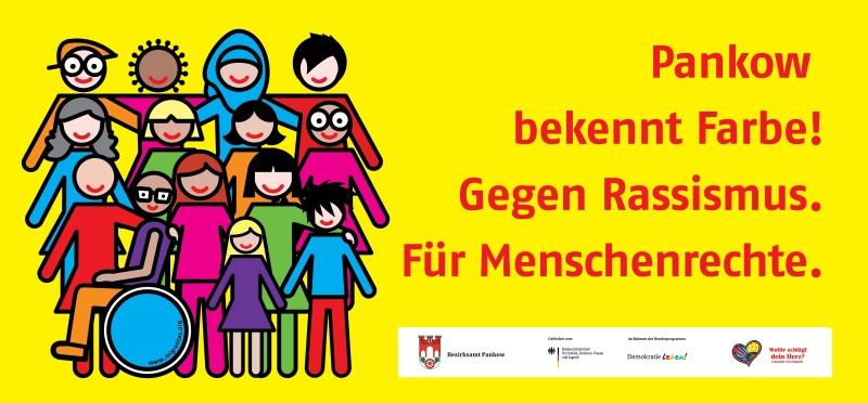 """Verschiedene Menschen stehen Hand in Hand zusammen neben dem Schriftzug """"Pankow bekennt Farbe! Gegen Rassismus. Für Menschenrechte."""""""