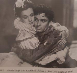 """Schwarz-Weiß Bild von Vivien Leigh und Laurence Olivier in ihrem ersten gemeinsamen Film """"Fire over England"""" aus dem Jahr 1937."""