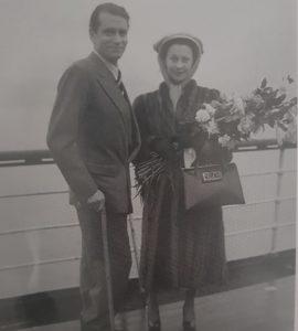 Schwarz-Weiß Bild des Schauspieler-Ehepaares Vivien Leigh und Laurence Olivier bei der Abreise aus Australien im Jahr 1948.