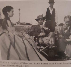 """Vivien Leigh als Scarlett OHara mit Kolleg:innen und dem Produzenten am Set des Films """"Gone with the Wind"""""""