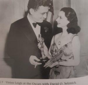 Schwarz-Weiß Bild von Vivien Leigh mit dem Produzenten David O. Selznick am Abend der Verleihung der Academy Awards