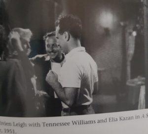 """Schwarz-WEiß Bild von Vivien Leigh am Set des Film """"A Streetcar named Desire"""" mit den Schriftsteller Tennessee Williams."""