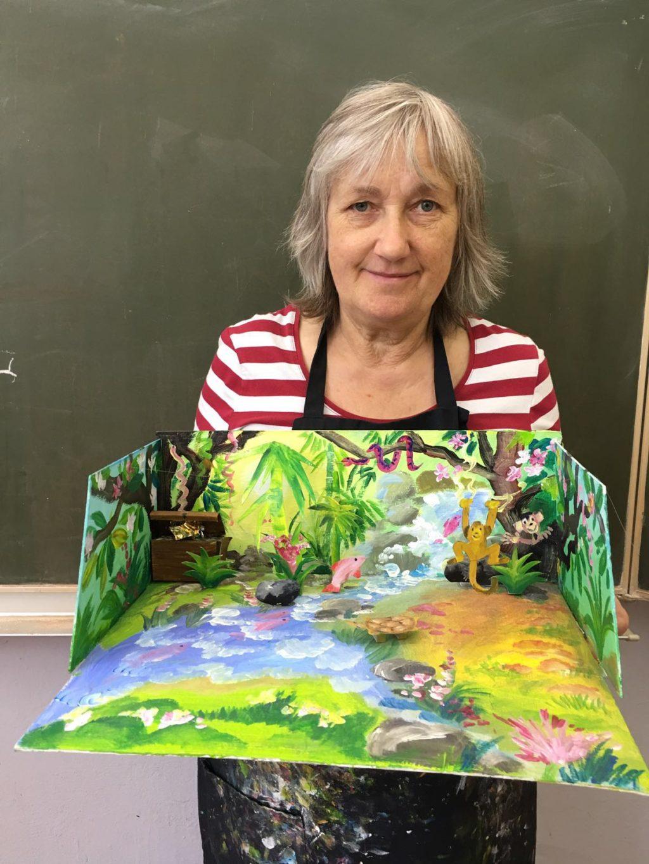 Christine Klemke präsentiert einen gebastelten Urwald