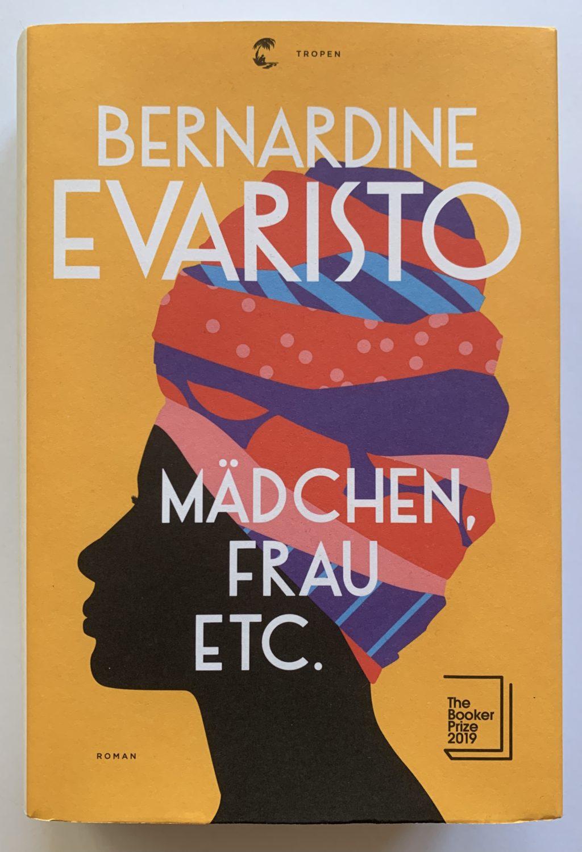 "Umschlagcover Bernardine Evaristo ""Mädchen, Frau etc."", Schwarze Frau mit buntem Turban"