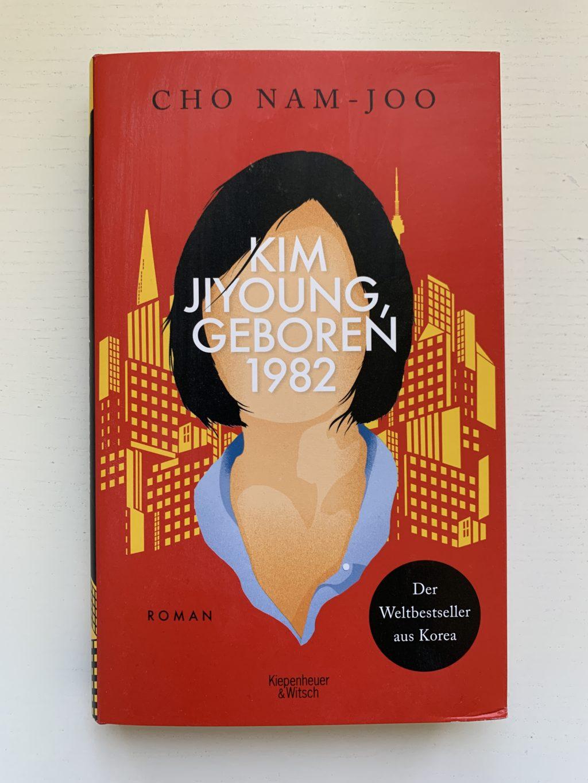 """Buchcover von der Autorin Cho Nam-Joo mit dem Titel """"Kim Jiyoung, geboren 1982"""", junge Frau vor der Silhouette einer Großstadt"""