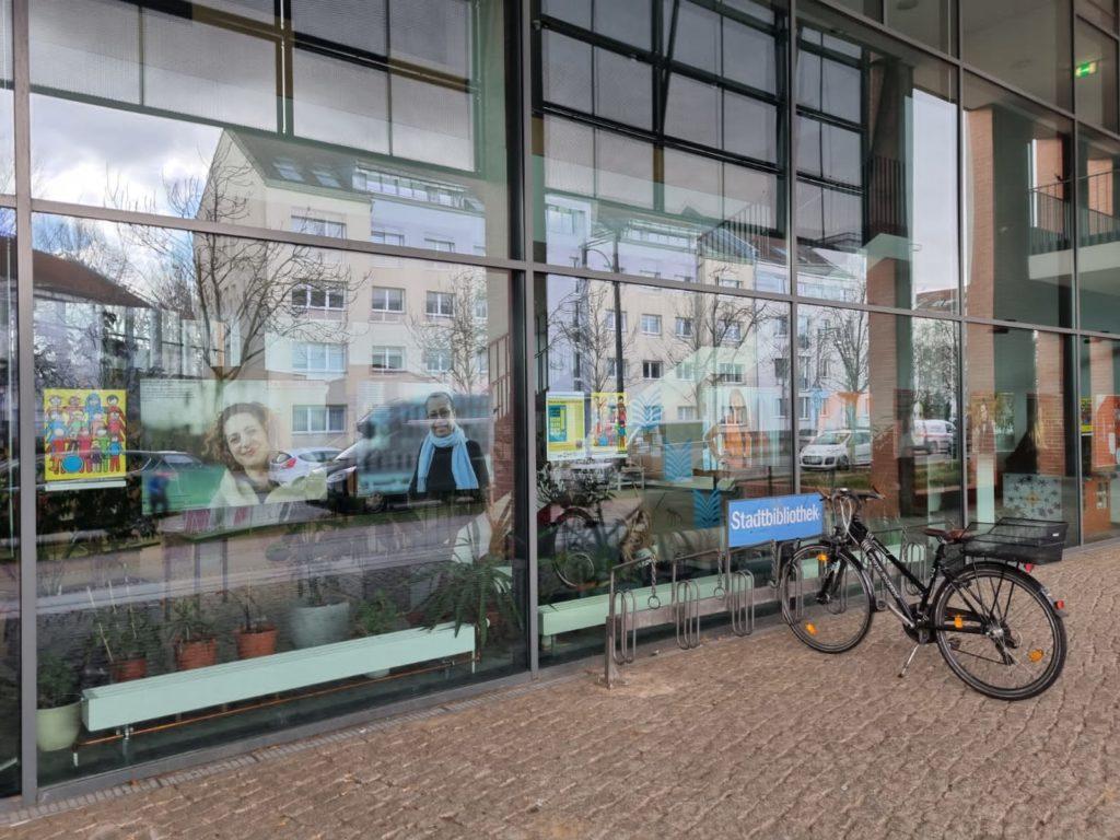 """Ausstellung """"The World in Berlin"""" in der Stadtbibliothek Karow"""