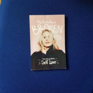 Buchcover in rosa auf blauem Hintergrund