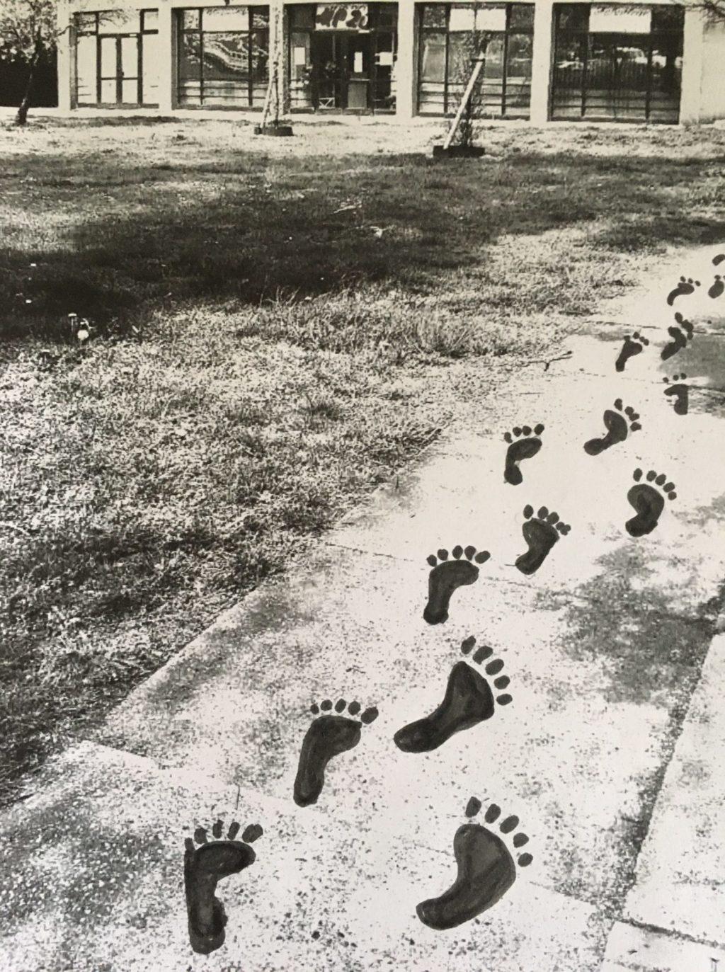 Gehweg mit Fußabdrücken