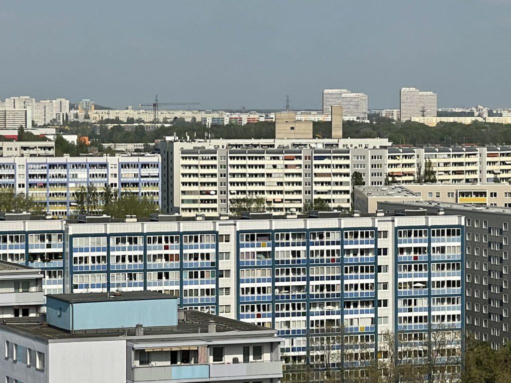 Viele Plattenbauten, am Horizont die Skyline von Marzahn