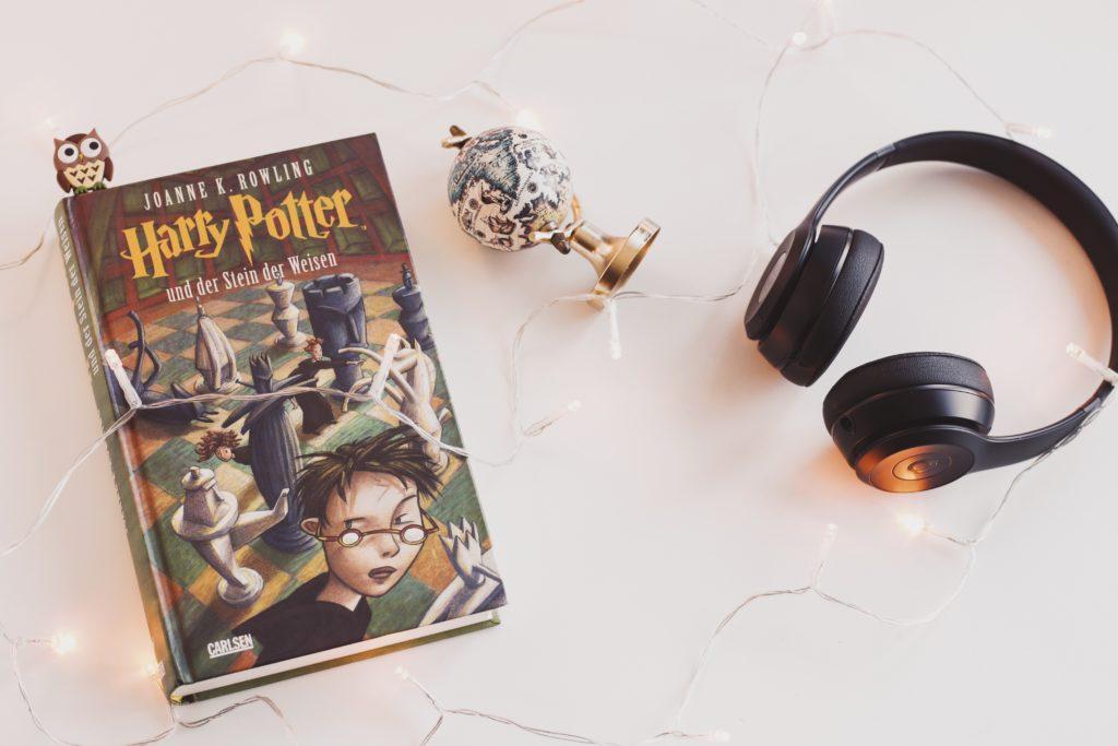 Buch Harry Potter und der Stein der Weisen mit Kopfhörern